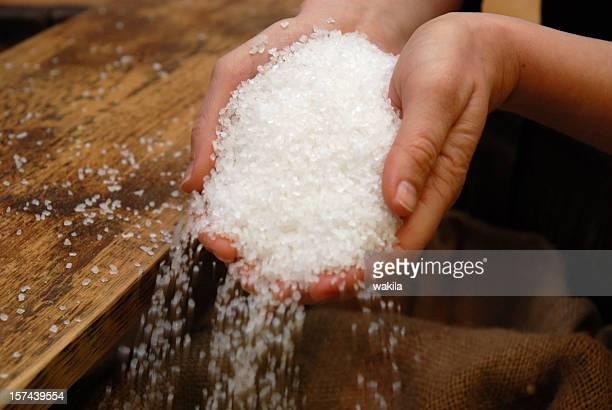 Main humaine avec du sel