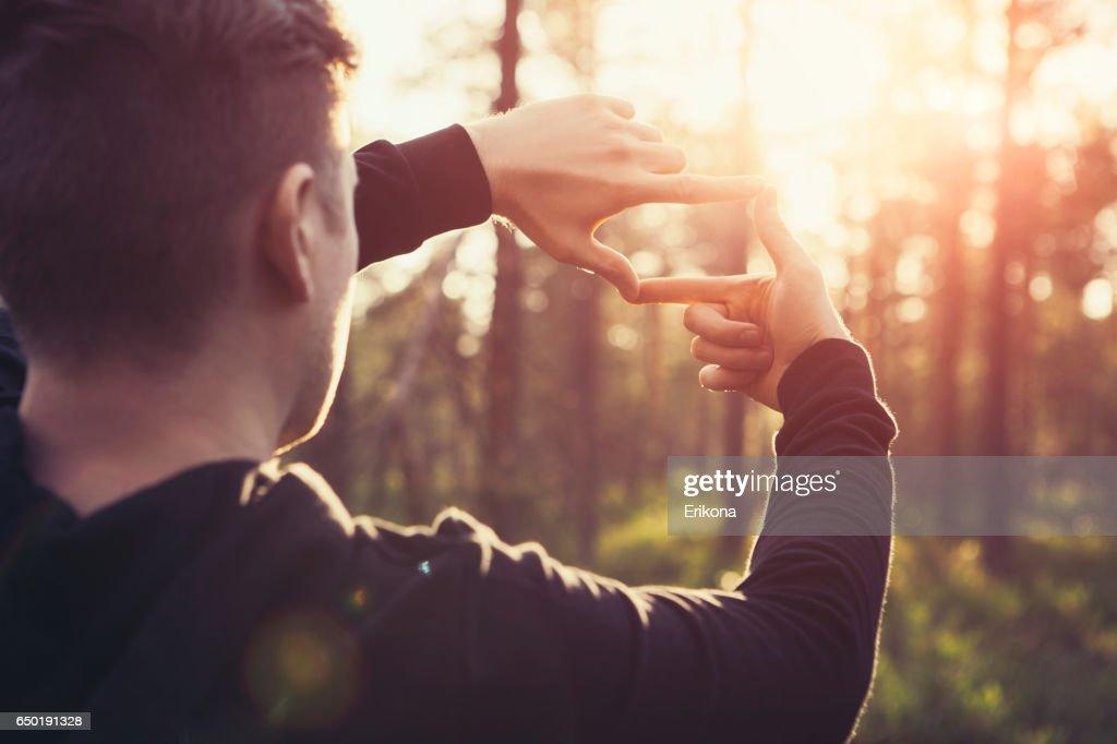 Menschliche Hände entfernten Sonnenstrahlen Gestaltung : Stock-Foto