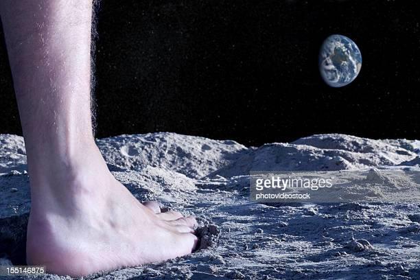 Pie humano desnudo en la superficie lunar