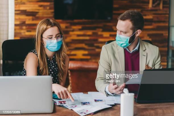 human resources werft nieuwe medewerkers, covid-19 pandemie - kandidaat stockfoto's en -beelden