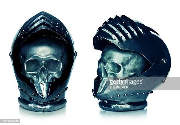 Menschlicher Schädel in einer mittelalterlichen knigth Helm