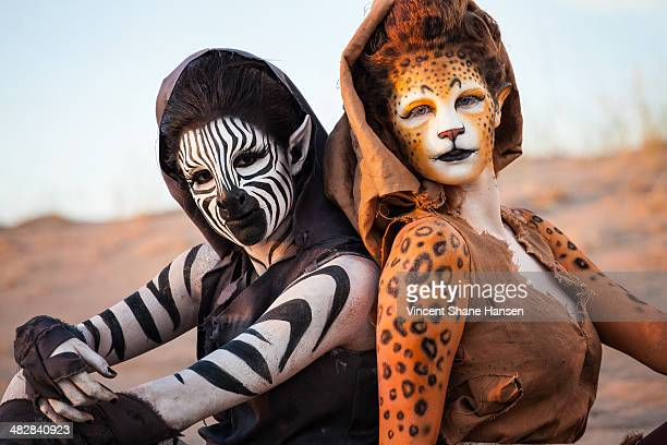 humanoid women in the desert - body paint stock pictures, royalty-free photos & images