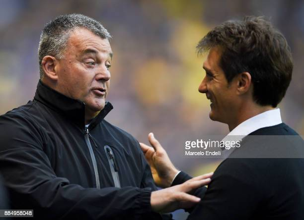 Humberto Grondona coach of Arsenal talks with Guillermo Barros Schelotto of Boca Juniors prior a match between Boca Juniors and Arsenal as part of...