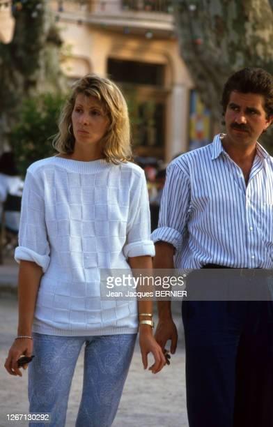 Humoriste français Roland Magdane avec son épouse à Saint-Tropez, dans le Var, le 26 mai 1985, France.