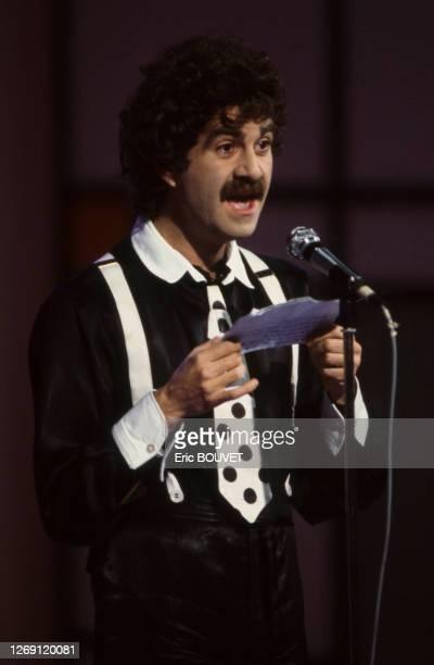 Humoriste français Roland Magdane sur scène, le 20 novembre 1983, France.