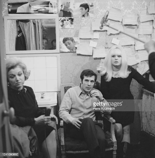 L'humoriste Guy Bedos en avant première à Bobino ici en interview dans sa loge avec à sa gauche son épouse Sophie Daumier