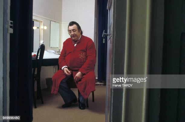 Humoriste Raymond Devos dans sa loge, circa 1980 en France.