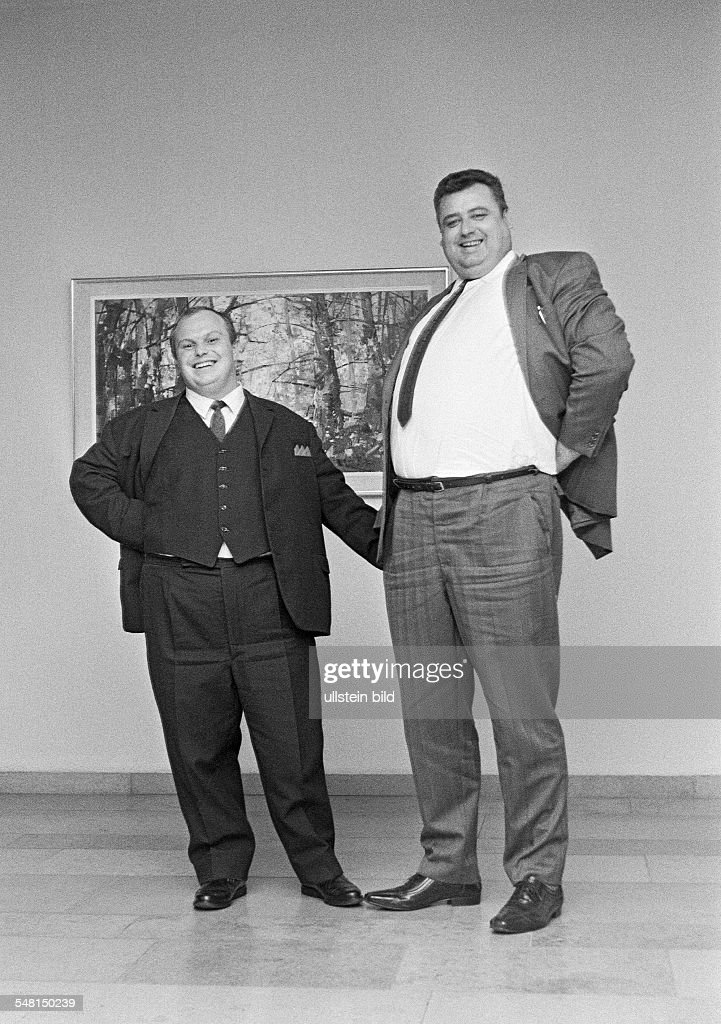 humour, people, contrast, a runtish man and a large-sized man stand side by side, dwarf and giant, aged 30 to 40 years - 31.10.1970 : News Photo