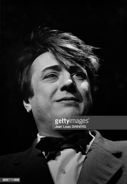 Humouriste français Raymond Devos sur scène à Paris, en 1960, France.