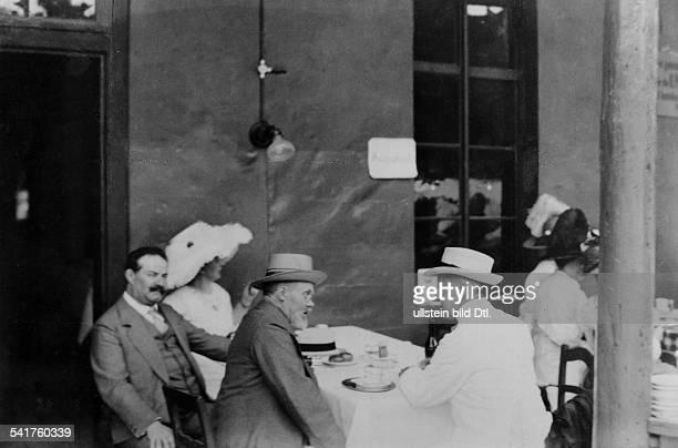 Humperdinck Engelbert *01091854Musiker Komponist Dals Besucher der Festspiele auf der Terrasse eines Restaurants in Bayreuth im Gespräch mit dem...