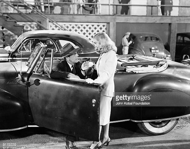 Humphrey Bogart falls for beautiful blonde Lizabeth Scott in the film noir 'Dead Reckoning', directed by John Cromwell. Bogart plays Captain Rip...