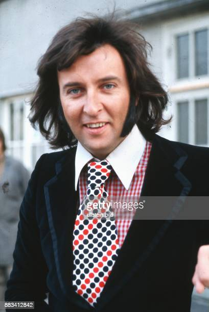 Humphries Les * Musiker Saenger GB Portrait traegt eine Krawatte mit roten und schwarzen Punkten zu einem rotweiss karierten Oberhemd