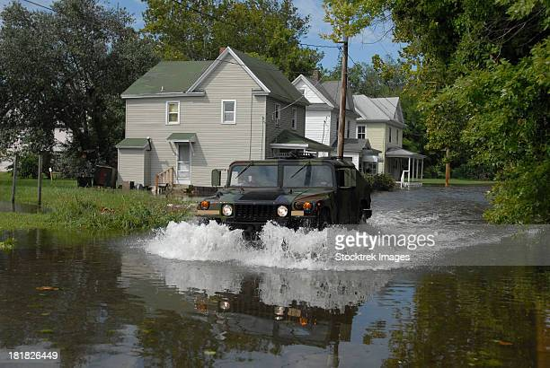 a humvee drives through the floodwaters in salisbury, maryland. - 危機管理 ストックフォトと画像