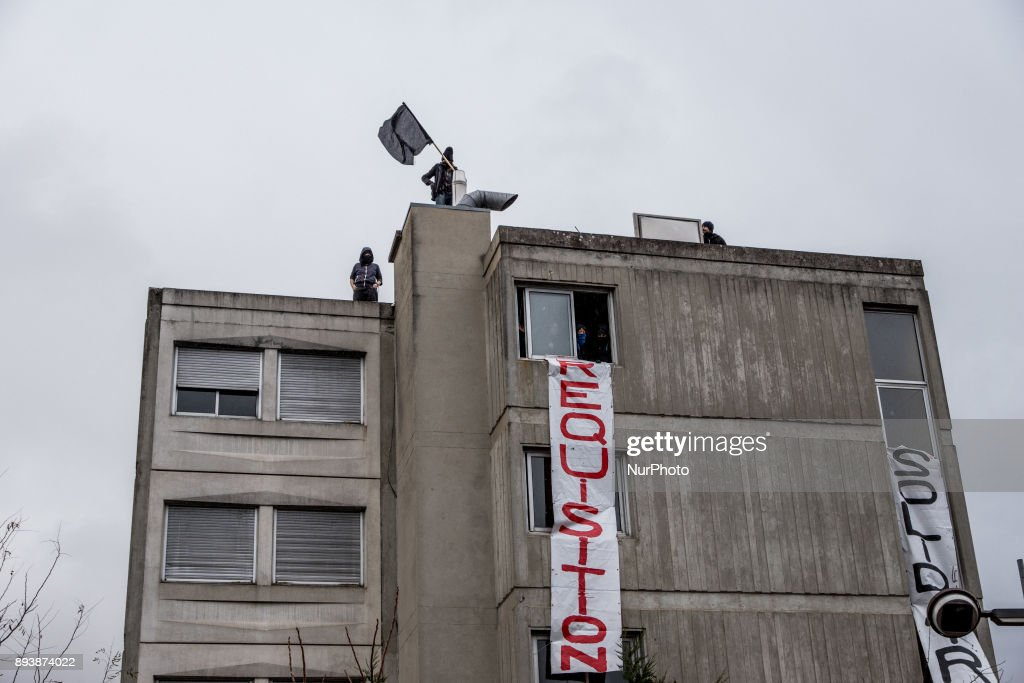 Hundred people occupy an empty building in Lyon