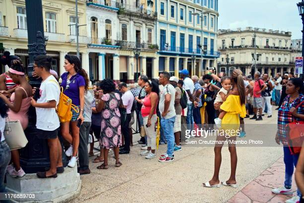 Hundreds await the coffin of Cubas late Ballet legend Alicia Alonso to be brought out of the Gran Teatro on its way to the cemetery on October 19 in...