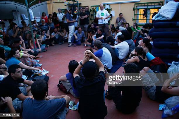 Hundreds of activists and neighbors spend the night and early morning by fourteenth time in a building in the Madrid neighborhood of Tetuan Gracia...