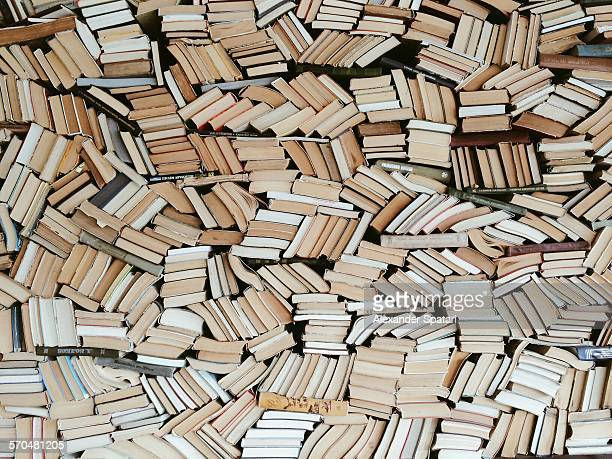 hundreds of books in chaotic order - boek stockfoto's en -beelden