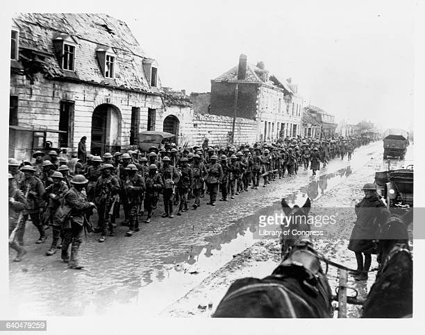Hundreds of British soldiers return from the fighting near Flanders, Belgium. 1914-1918. | Location: near Flanders, Belgium.