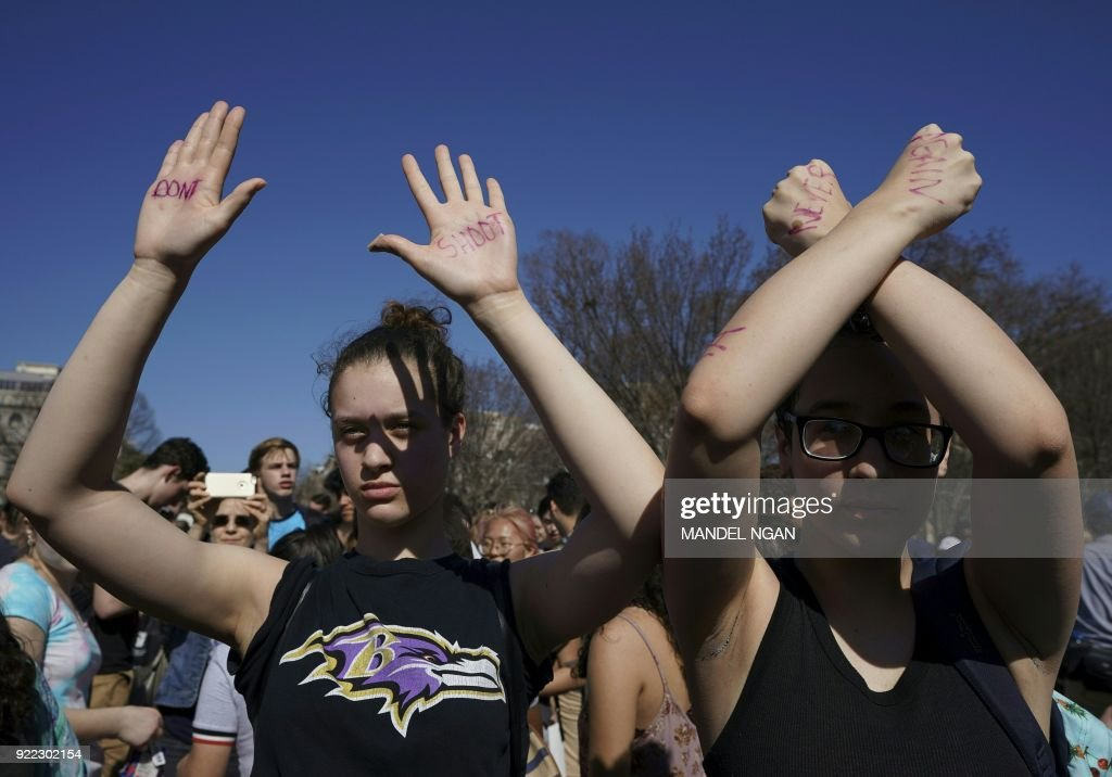 Hundreds of high school and middle school students from the District of Columbia, Maryland and Virginia staged walkouts and gather in front of the White House in support of gun control in the wake of the Florida shooting February 21, 2018 in Washington, DC. / AFP PHOTO / Mandel NGAN