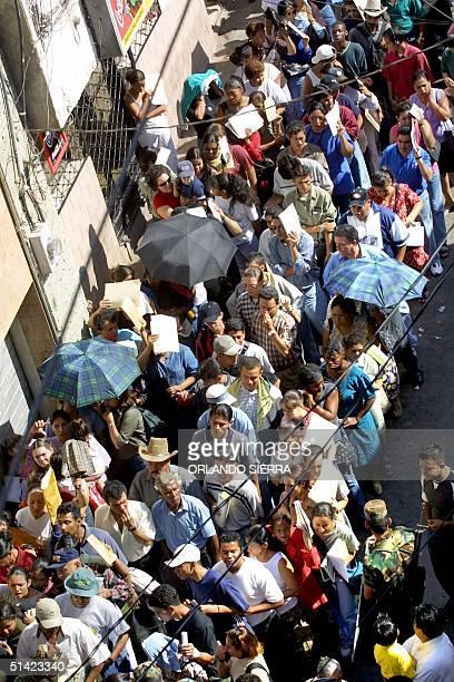 Hundreds of Hondurans form long lines outside of the Passport Office in Tegucigalpa, 07 May 2002. ACOMPANA NOTA: AMPLIACION MIGRATORIA IMPULSA A...