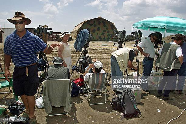 Hundreds of journalists wait 09 June 1999 in Kumanovo for the talks on a Serb military withdrawal from Kosovo between NATO and Yugoslav officials to...