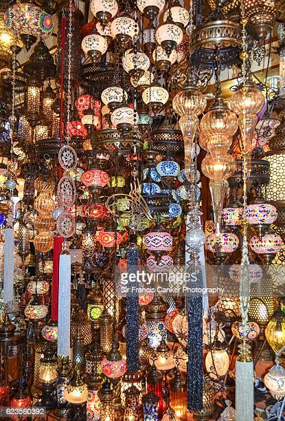 hundreds of lamps in many different shapes and colors illuminated in istanbul bazaar, turkey - bazaar stockfoto's en -beelden
