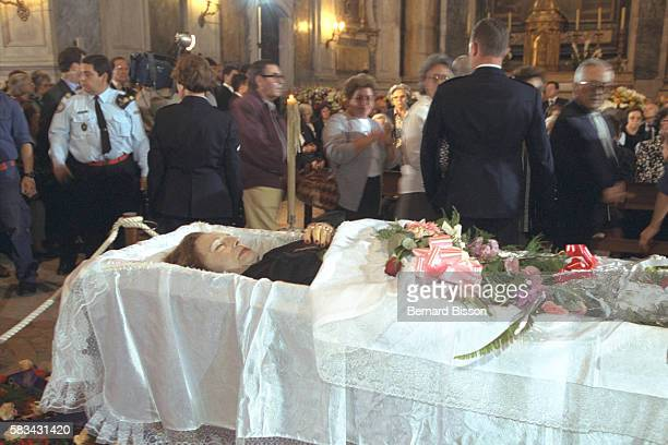 Hundreds of people gather around the open coffin in the Estrela basilica