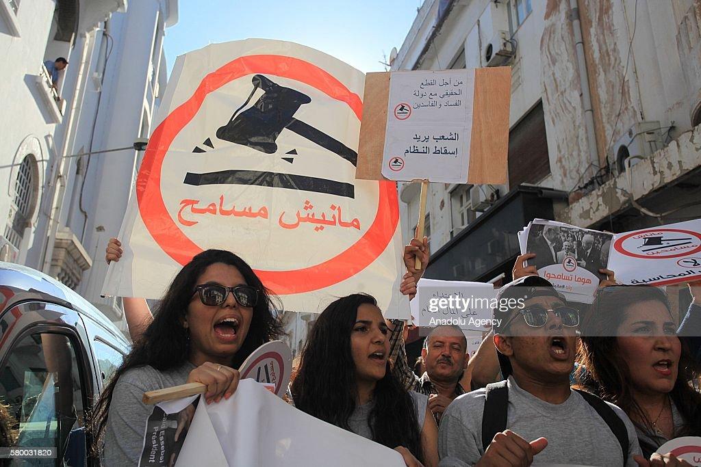 Tunisians protest national consensus law : Nieuwsfoto's