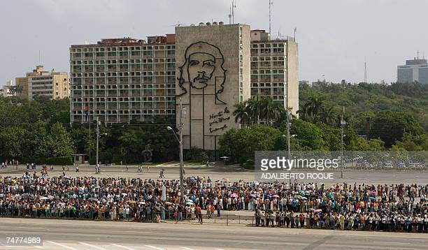 Hundreds of people queue at the Revolution Square in Havana on 19 June 2007 to pay tribute at the Jose Marti Monument to Vilma Espin wife of current...