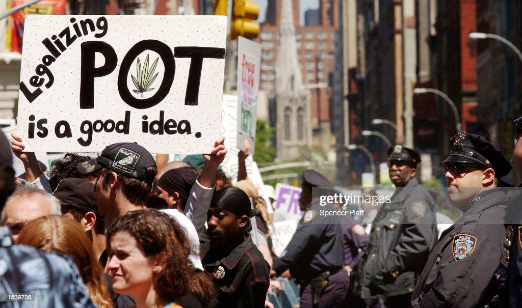 Pot Advocates Take to the Streets in New York : Fotografía de noticias