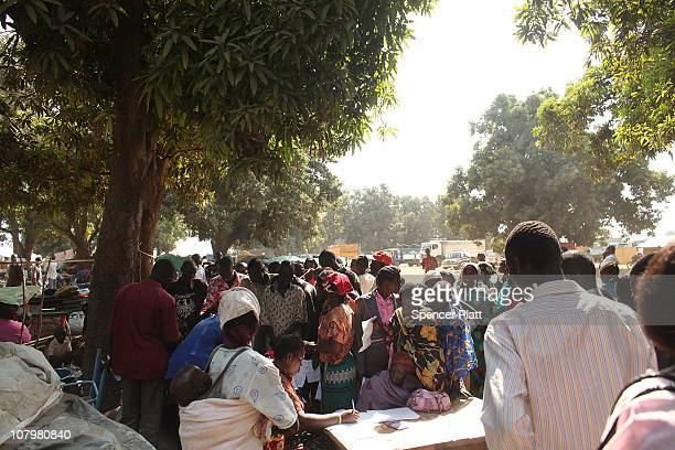Hundreds of south Sudanese who have recently returned from the north of the country try to register with an organization that assists internally...