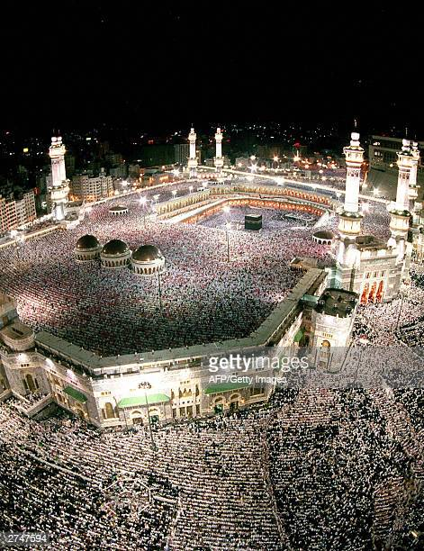 Hundreds of thousands of Muslim pilgrims throng Mecca's Grand Mosque Islam's holiest shrine gathering around the holy Kaaba late 20 November 2003 to...