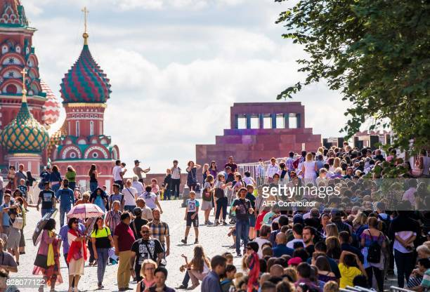 Hundreds of tourists stand in line to visit the mausoleum of Soviet state founder Vladimir Lenin at Red Square in Moscow on August 9 2017 / AFP PHOTO...