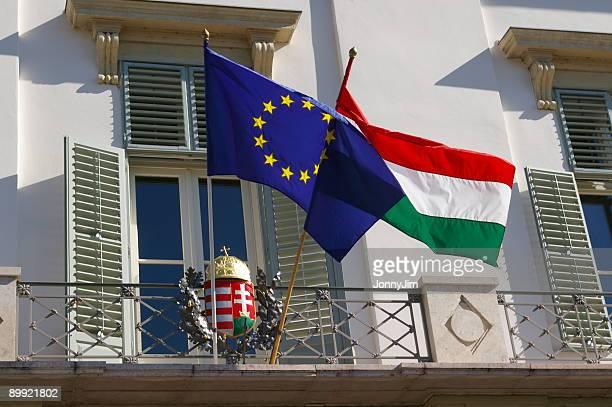 húngaro y banderas de la ue en budapest - hungria fotografías e imágenes de stock