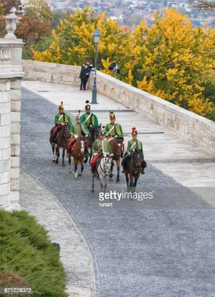 húngaro caballerías del montar a caballo frente a palacio real de budapest - hungarian culture fotografías e imágenes de stock