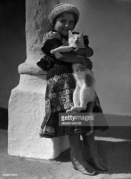 Hungarian farm girl holding a cat in her arms - ca. 1932 - Photographer: Rudolf Balogh - Published by: 'Sieben Tage' 31/1932 Vintage property of...