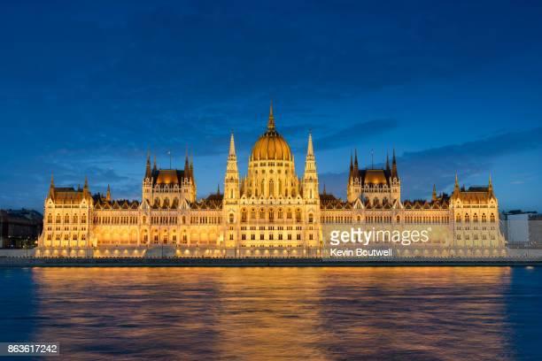 hungarian parliament along the danube - sede do parlamento húngaro - fotografias e filmes do acervo