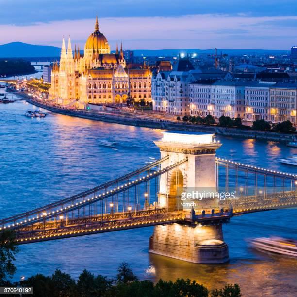 edifício do parlamento húngaro e ponte em budapeste - sede do parlamento húngaro - fotografias e filmes do acervo