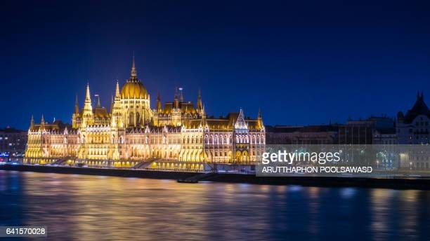 hungarian parliament building and danube river at night time , budapest , hungary - royal palace budapest stock pictures, royalty-free photos & images