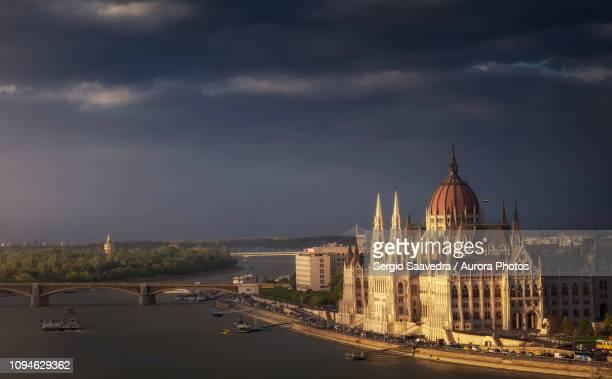 hungarian parliament building, budapest, hungary - sede do parlamento húngaro - fotografias e filmes do acervo