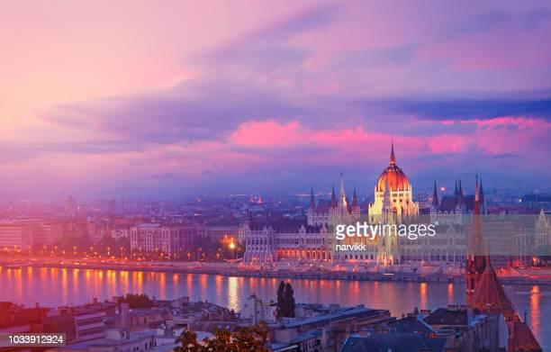hongaars parlementsgebouw in boedapest - hungary stockfoto's en -beelden