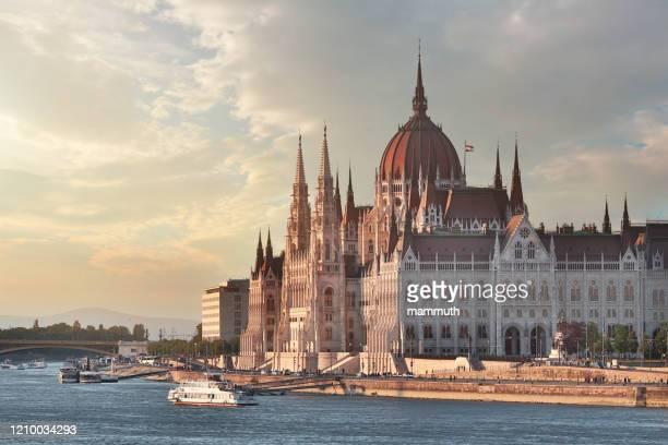 edifício do parlamento húngaro em budapeste - sede do parlamento húngaro - fotografias e filmes do acervo
