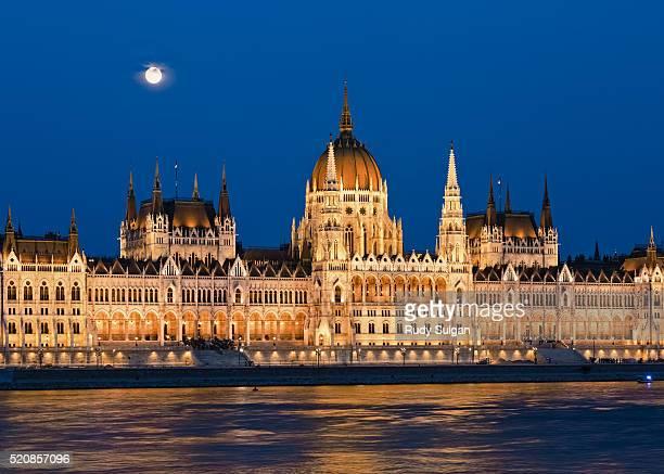 hungarian parliament building in budapest - sede do parlamento húngaro - fotografias e filmes do acervo