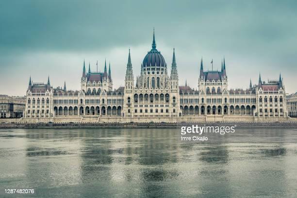 palazzo del parlamento ungherese - capitali internazionali foto e immagini stock