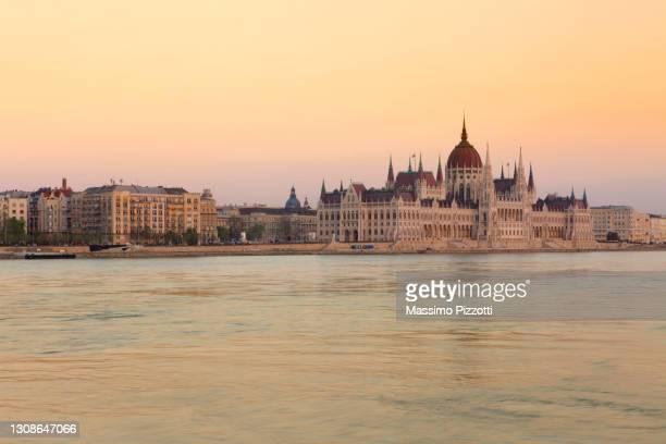hungarian parliament house at sunrise - massimo pizzotti foto e immagini stock
