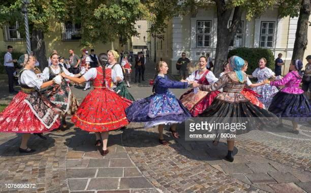 hungarian women dancing(dscf3251-2.jpg) - hungría fotografías e imágenes de stock