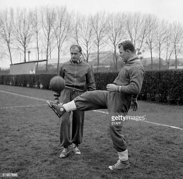 Hungarianborn forward Laszlo Kubala juggles with the ball in front of Argentinianborn teammate Alfredo Di Stefano during Spain's national soccer team...