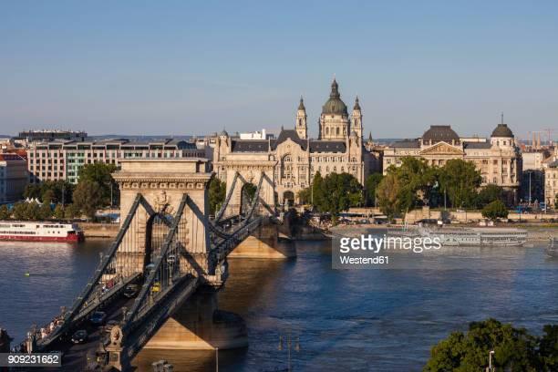 hungary, budapest, cityscape with the chain bridge on danube river - ponte széchenyi lánchíd - fotografias e filmes do acervo