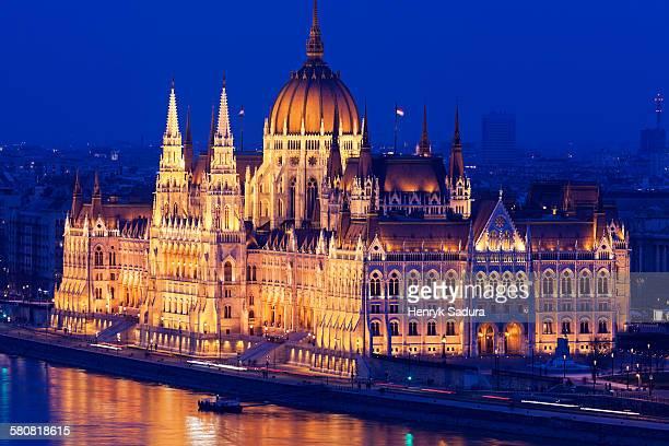 hungary, budapest, hungarian parliament. illuminated at night - ponto turístico internacional - fotografias e filmes do acervo