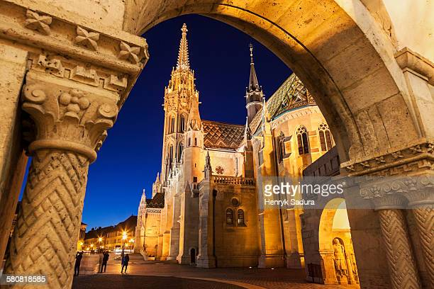 hungary, budapest, matthias church seen through arch of fishermans bastion - budapest stock pictures, royalty-free photos & images